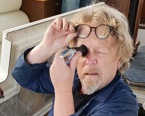 Jachtexpert HJ Musch voert een olieanalyse uit